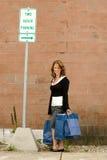 Aufwartung an der Bushaltestelle Lizenzfreie Stockfotografie