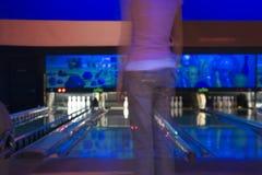 Aufwartung ihrer Kurve in der Bowlingbahn Lizenzfreie Stockfotos