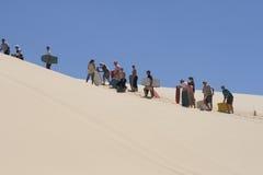 Aufwartung in Zeile auf dem Sandboarding Lizenzfreie Stockfotos