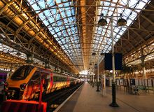 Aufwartung, zum eines schnellen Jungfrauzugs zwischen London und Manchester an Waterloo-Station zu verschalen lizenzfreie stockfotografie