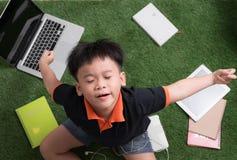 Aufwecken des kleinen Jungen auf Natur lizenzfreies stockbild