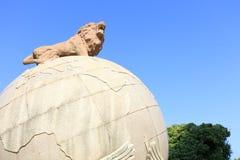 Aufwecken des Löwes, der auf Erde, luftgetrockneter Ziegelstein rgb steht stockfotografie