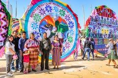 Aufwerfende Familie, riesiges Drachenfestival, der Allerheiligen, Guatemala Stockfoto