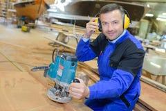 Aufwerfender und lächelnder Shipwright stockfoto