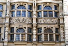 Aufwändige gewölbte Erkerfenster mit Skulpturen u. Spalten Stockbild