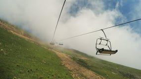 Aufzüge in den Bergen im Sommer stock footage
