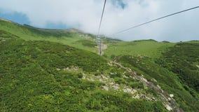 Aufzüge in den Bergen im Sommer stock video footage
