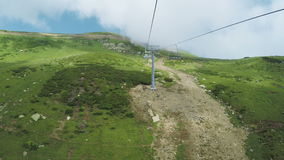 Aufzüge in den Bergen im Sommer stock video