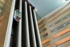 Aufzüge in der Lobby des Hotels Crowne-Piazza-Moskaus Wtc Stockfotos