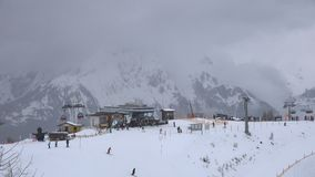 Aufzüge im Skifahrenerholungsort stock video