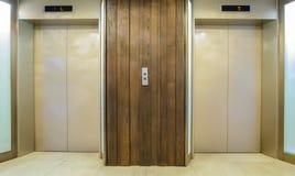 Aufzüge mit geschlossener Tür Stockfotos
