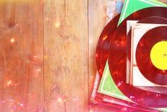 Aufzeichnungen stapeln über hellen Lecks des Holztischs und der Weinlese Gefiltertes Bild Stockfoto
