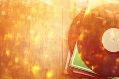 Aufzeichnungen stapeln über hellen Lecks des Holztischs und der Weinlese Gefiltertes Bild Stockfotos