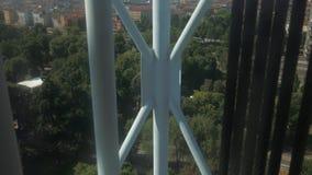 Aufzug, der einen Stahlturm in Mailand klettert stock footage