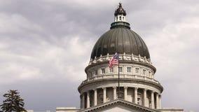 Aufzug-Fassaden-Flagge, die Utah Hauptstadt errichtendes Salt Lake City fliegt stock video