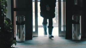Aufzug im Gebäude, von dem Leute lässt stock video footage