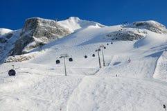 Aufzug und Ski Piste Stockbild