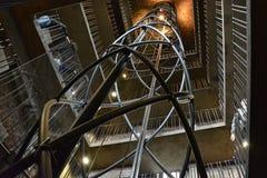 Aufzug und Treppe im Innere des Turms des Rathauses Stockfotografie