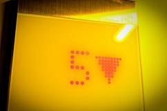 Aufzugs-Anzeige des Bodens mit der Nr. 5 in den gelben Optik Lizenzfreie Stockfotos