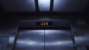 Aufzugs-Zeichen-Zahlen, die das Hinuntergehen dunkles Metalleinzelnes Licht bewegen stock video footage