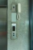 Aufzugsknopf und weißes Telefon stockfotografie