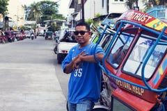05 2017 Aug, Dumaguete, Filipiny: lokalny trójkołowa kierowca jego pojazdem Obrazy Stock