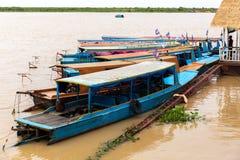 Aug: 29: 2018 - SIEM REAP, KAMBODSCHA - Ausflugboote am Tonle Sap See, wurden als UNESCO-Biosphärenreserve gekennzeichnet stockfotos