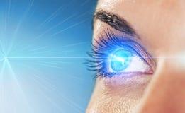 Auge auf blauem Hintergrund Lizenzfreies Stockfoto