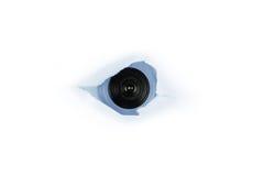 Auge des Spions, Web-Nocken hinter einem Papierloch lizenzfreies stockbild