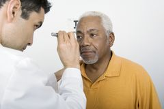 Auge Doktor-Testing Patients an der Klinik Lizenzfreie Stockfotos