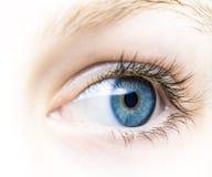 Auge eines jungen Mädchens mit blauer Iris stockbild