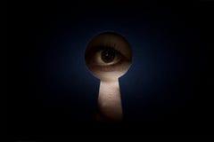 Auge im Schlüsselloch Stockbild