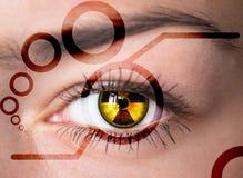 Auge mit Strahlungssymbol. Lizenzfreie Stockbilder