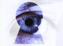 Auge schaut durch ein Schlüsselloch Lizenzfreie Stockfotografie