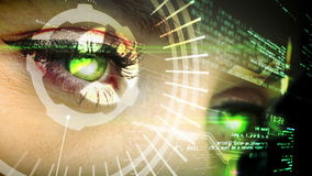 Auge, welches die futuristische Schnittstelle zeigt Text betrachtet