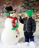 Auge-zu-Auge mit einem Schneemann Lizenzfreie Stockfotografie