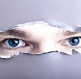 Augen, die durch Abstand schauen stockfoto