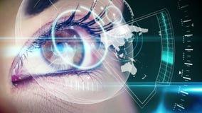 Augen, die ganz eigenhändig geschriebe Schnittstelle mit Karte betrachten stock footage