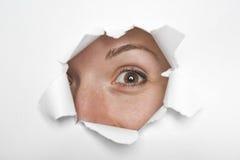 Augen durch Papier Stockfoto