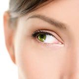 Augen-Nahaufnahme, die zur Seite schaut Stockfotos