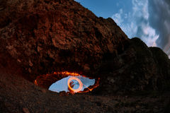 Augen sind gemalte brennende Stahlwolle im Berg Lizenzfreie Stockfotografie