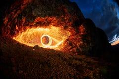 Augen sind gemalte brennende Stahlwolle im Berg Stockfoto