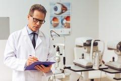 Am Augenarzt Lizenzfreie Stockbilder
