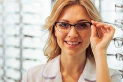 Am Augenarzt Stockbild