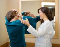 Augenarzt-Assisting Woman To-Einsatz-Kontakt Lizenzfreie Stockbilder
