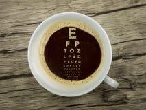 Augenarzt bietet Kaffee an Lizenzfreie Stockfotos