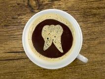 Augenarzt bietet Kaffee an Lizenzfreies Stockfoto