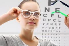 Augenarzt, ein Kind auf dem Studienauge Lizenzfreie Stockfotografie