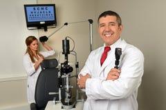 Augenarzt und Essistant im Prüfungs-Raum Lizenzfreie Stockbilder