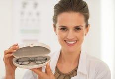 Augenarztdoktorfrau, die Brillen zeigt stockbilder
